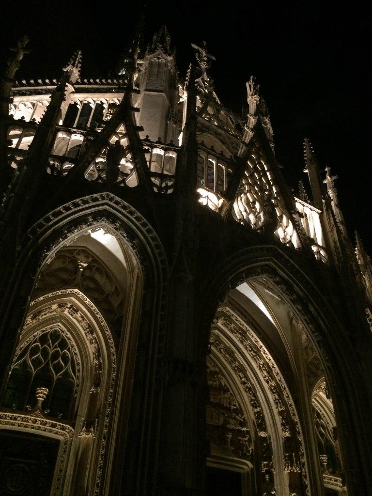 L'Église Saint-Maclou lit up at night.